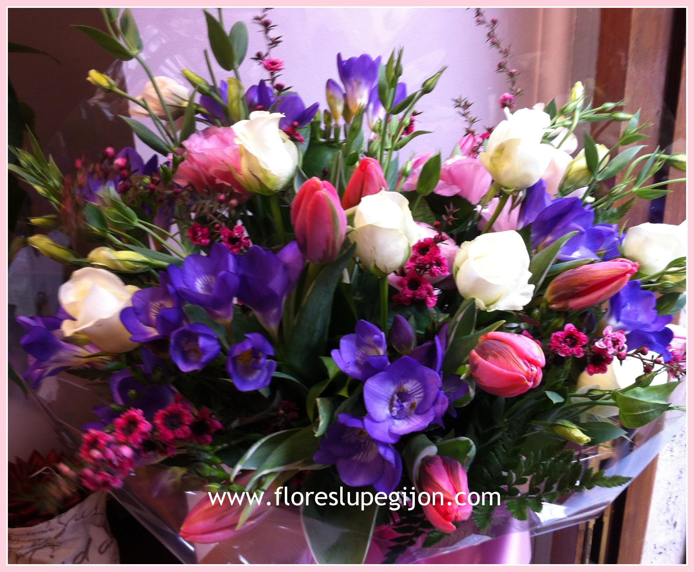 Ramo variado con freesias, rosas y tulipanes