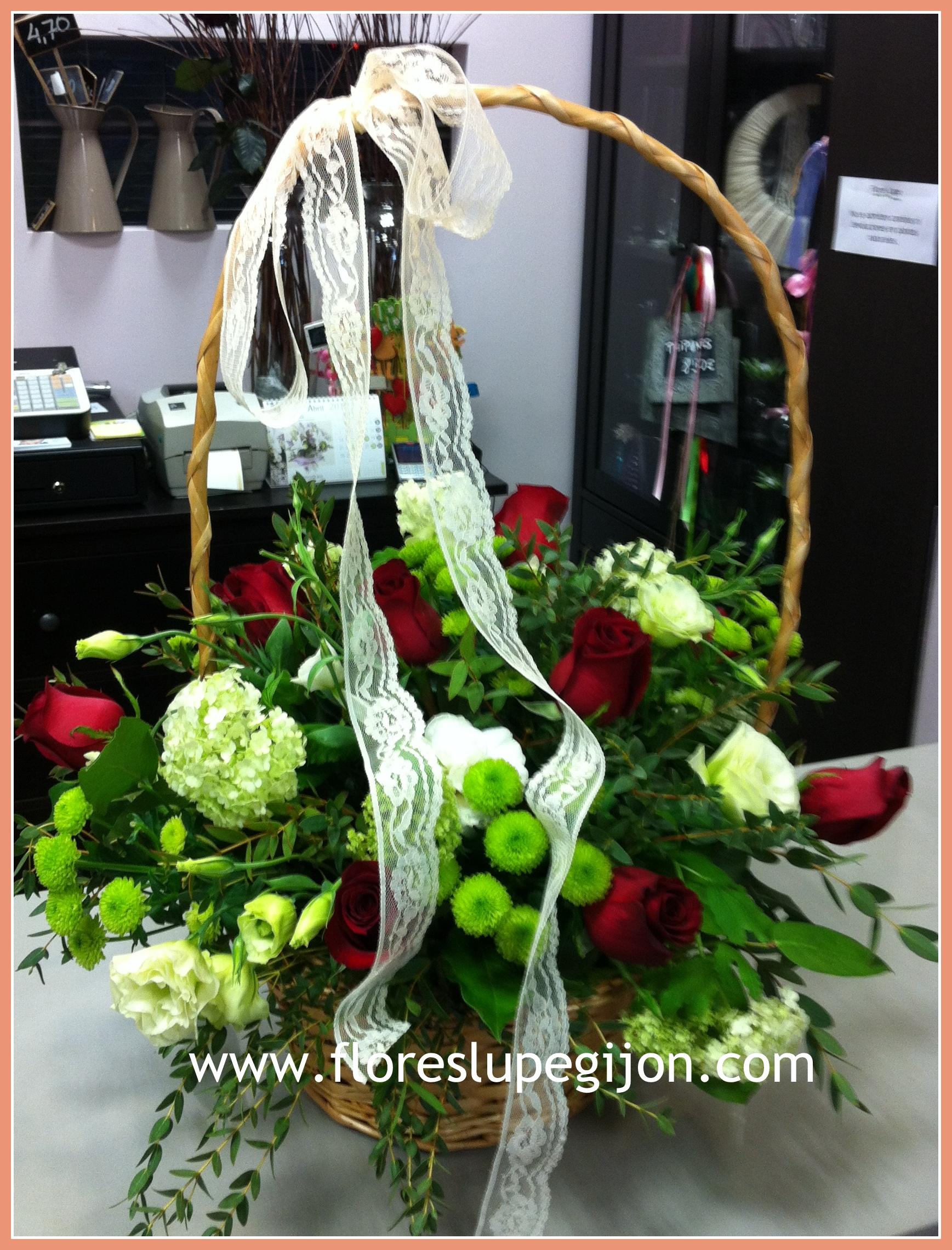 Cesta de rosas rojas y viburnum