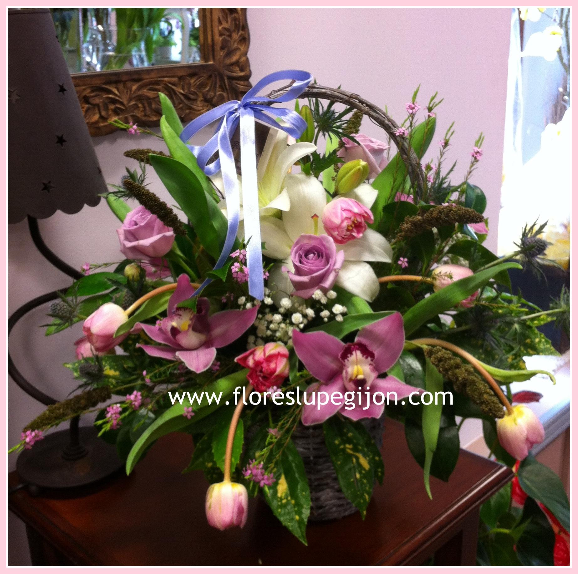 Cesta con lilium, rosas, tulipanes y orquídeas cymbidium