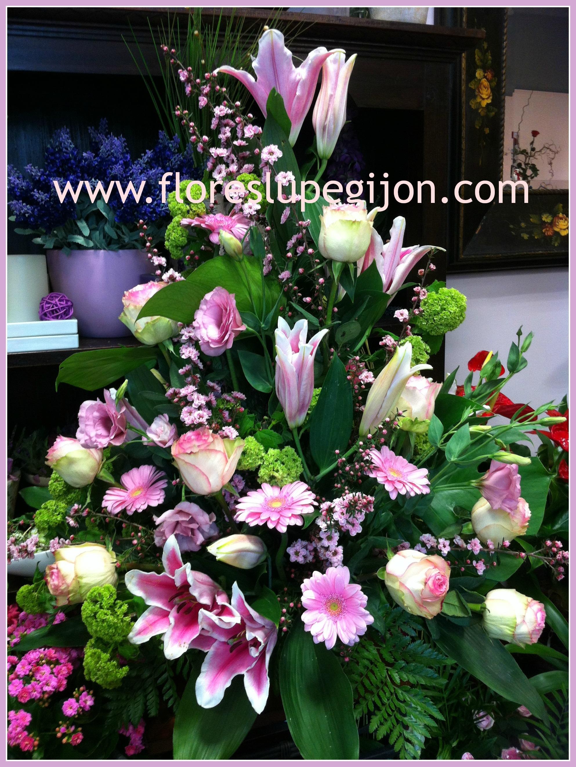 Centro vertical clásico con lilium, rosas, gerberas...