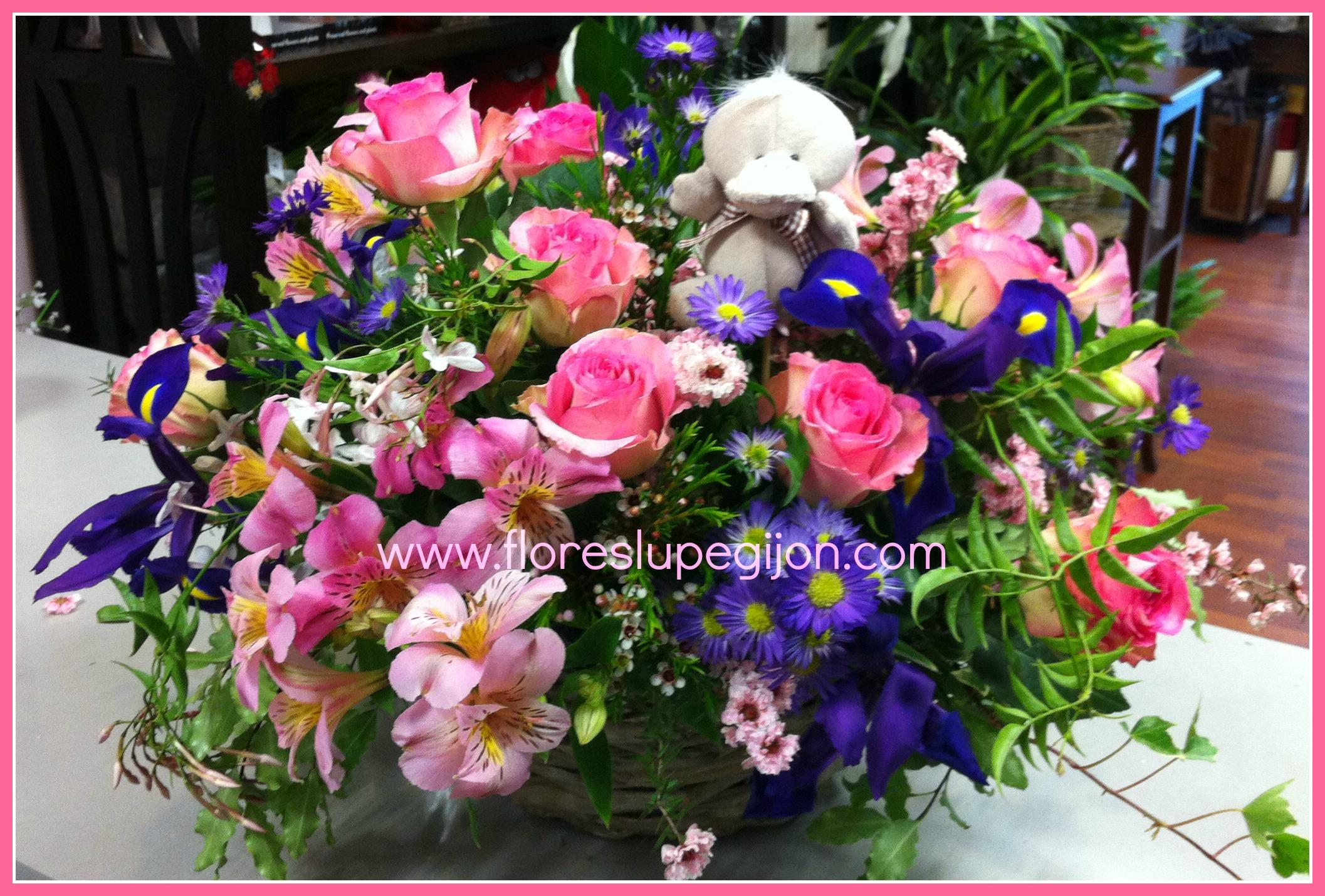 Cesta de flor de temporada para nacimiento, con peluche