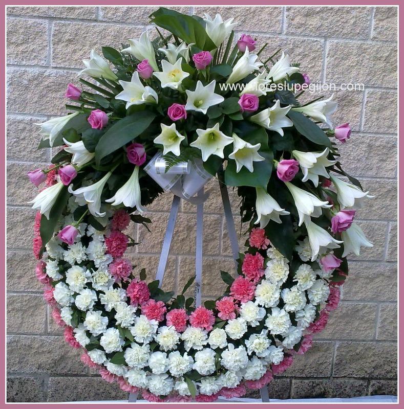 Corona de clavel con lilium y rosas.