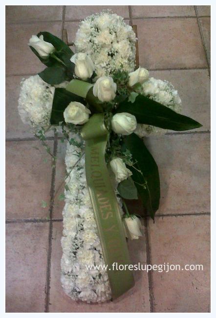 Cruz de clavel blanco y rosas blancas.