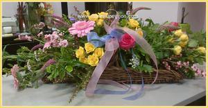 Cesta horizontal de flores de temporada