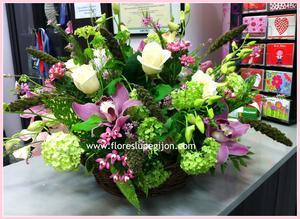 Cesta con viburnum, orquídeas cymbidium, setaria...