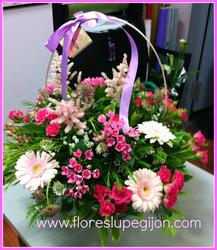 Cesta de flores para regalar, con bouvardia, gerberas y rosas de pitiminí