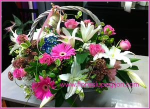 Cesta de flores con gerberas, lilium, rosas...