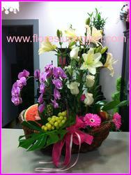 Cesta de flor y fruta con planta de phalaenopsis