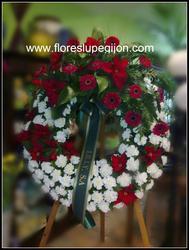 Corona con cabecera de rosas rojas.
