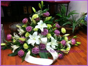 Centro de difunto con lilium y rosas malva.
